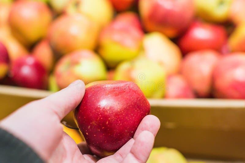 在市场上的红色苹果 免版税库存图片