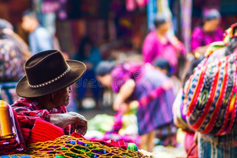 在市场上的老玛雅人人在奇奇卡斯特南戈 免版税库存图片