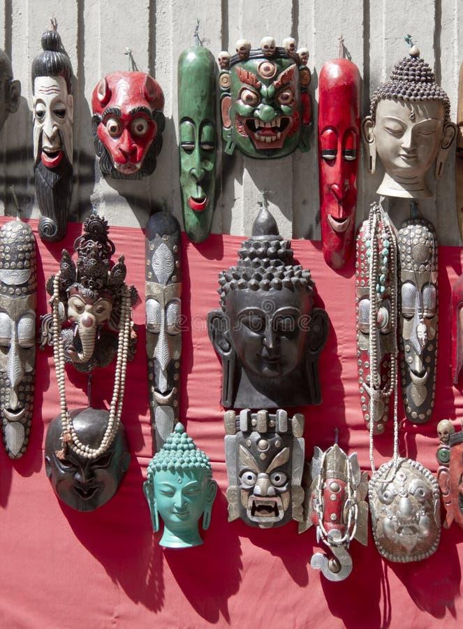 在市场上的许多木面具在加德满都在尼泊尔 库存照片