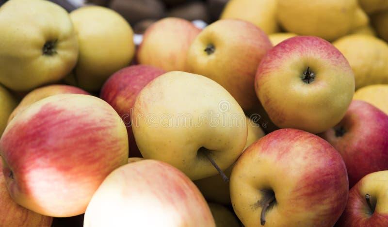 在市场上的黄色红色苹果 关闭 健康vegeterian食物 免版税库存照片