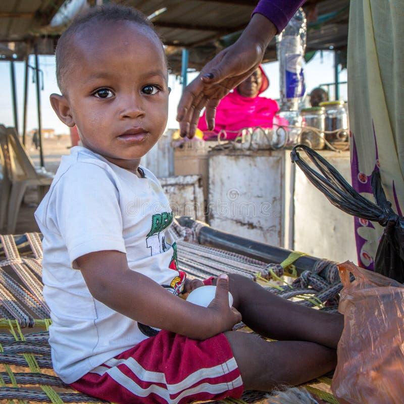 在市场上的年轻苏丹人男孩 库存图片