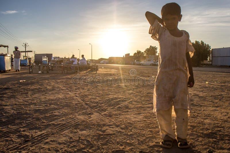 在市场上的年轻苏丹人男孩 库存照片