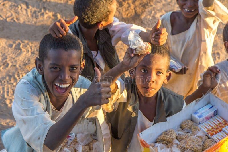 在市场上的年轻苏丹人男孩 免版税库存图片