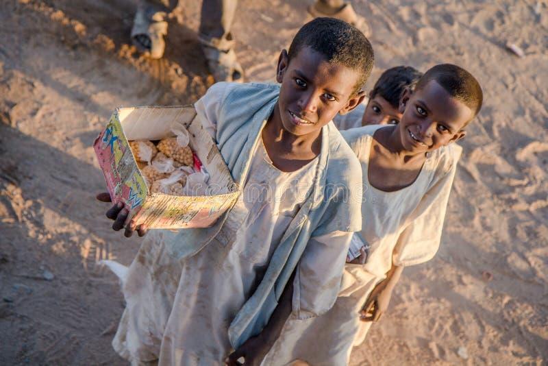 在市场上的年轻苏丹人男孩 免版税库存照片