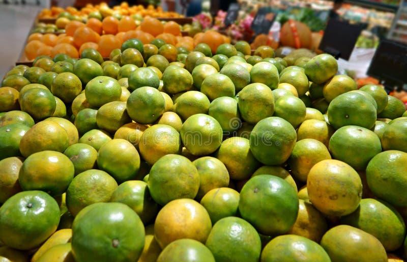 在市场摊位果子的桔子 免版税库存照片
