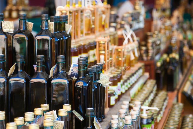 在市场摊位的橄榄油 库存图片