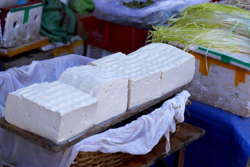 在市场摊位的豆腐乳酪在古镇丽江,云南,中国附近的一个村庄 免版税库存照片