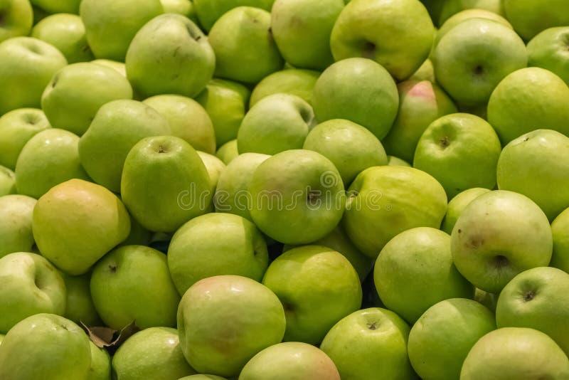 在市场显示的绿色苹果 库存照片