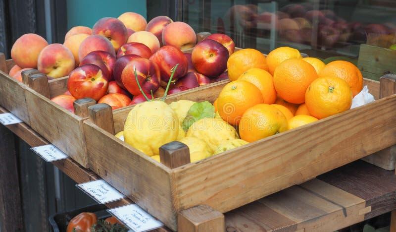 在市场架子的果子 免版税图库摄影