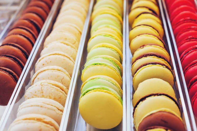 在市场陈列室的五颜六色的法国蛋白杏仁饼干 库存图片