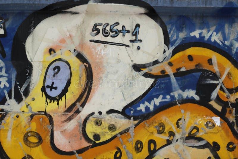 在市的一个混凝土墙上的设备街道画叶卡捷琳堡 库存图片