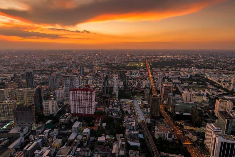 在市的明亮的橙色日落曼谷 图库摄影