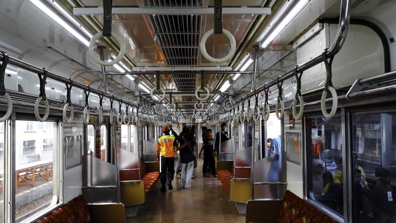 在市郊火车里面的乘客在雅加达甲田驻地 免版税库存照片