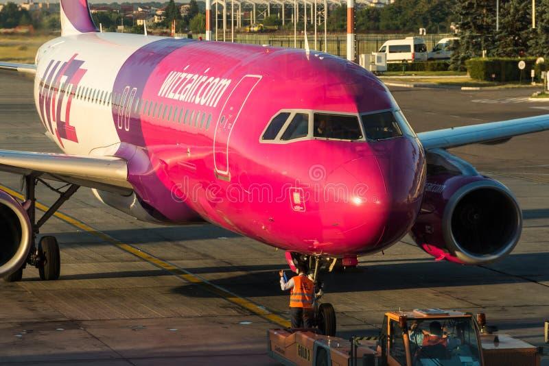 在布加勒斯特亨利Coanda (奥托佩尼)国际机场的飞机 免版税库存照片