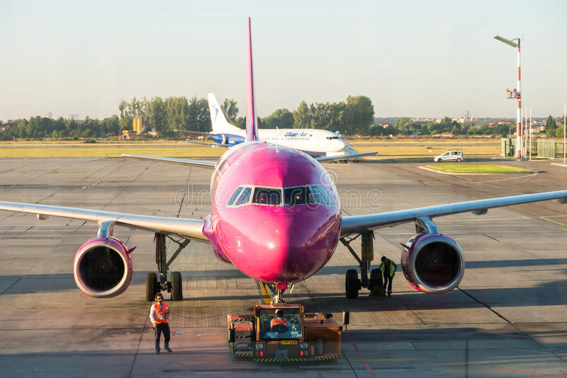 在布加勒斯特亨利Coanda (奥托佩尼)国际机场的飞机 库存图片