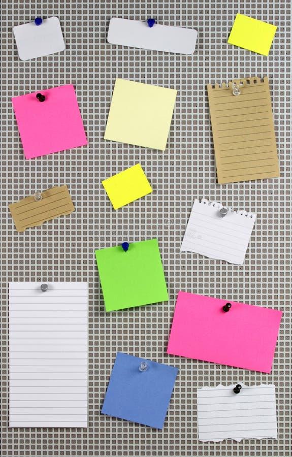 在布告牌的多种便条纸 免版税库存图片