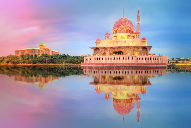Download 在布城清真寺,吉隆坡的日落 库存图片. 图片 包括有 圣洁, 都市风景, 祈祷, 晚上, 现代, beautifuler - 67842279