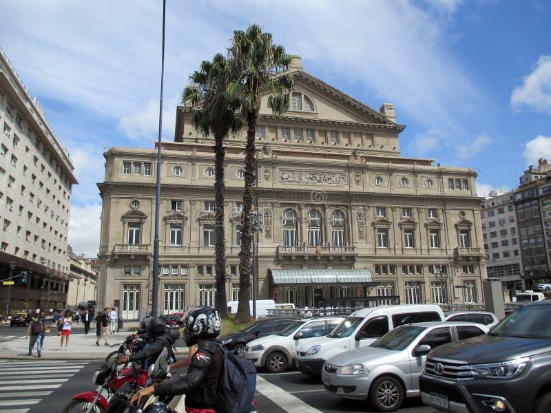 在布宜诺斯艾利斯前面冒号剧院运输在一个夏天早晨阿根廷 免版税库存图片