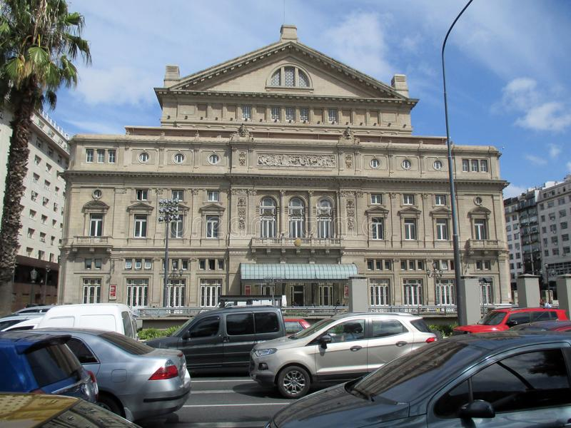在布宜诺斯艾利斯前面冒号剧院运输在一个夏天早晨阿根廷 库存图片