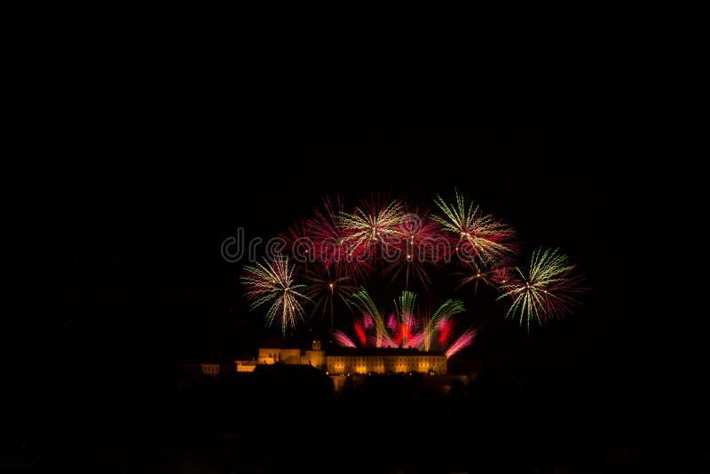 在布尔诺城堡Spilberk,捷克的巨大和富有的烟花 库存照片