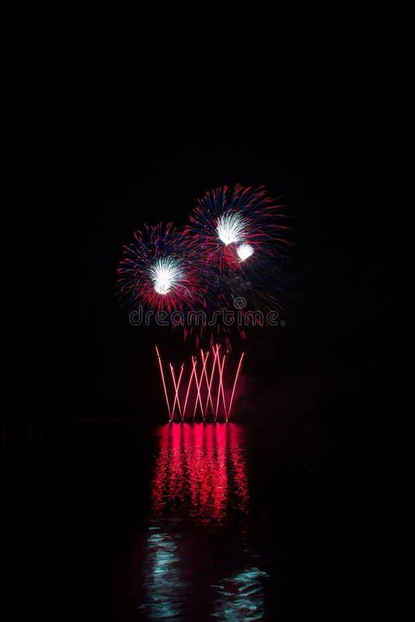 在布尔诺的水坝表面的巨大,富有和五颜六色的烟花有反射的湖表面上  库存照片