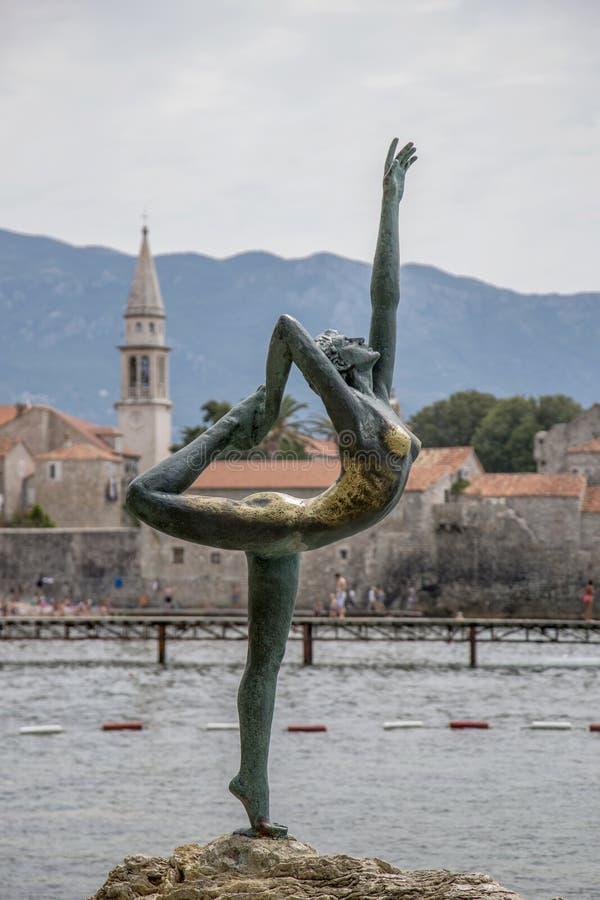 在布德瓦,黑山雕刻从布德瓦`的`舞蹈家在海滩 库存照片