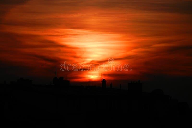 在布拉格上屋顶和烟囱的日落  免版税库存照片