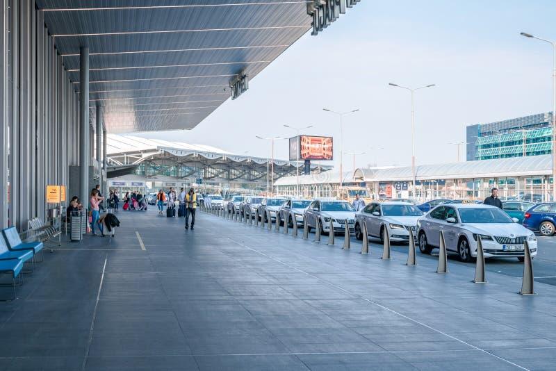 在布拉格国际机场前面的计程车车站在与等待许多的一明亮的好日子的出租汽车外面 免版税库存照片