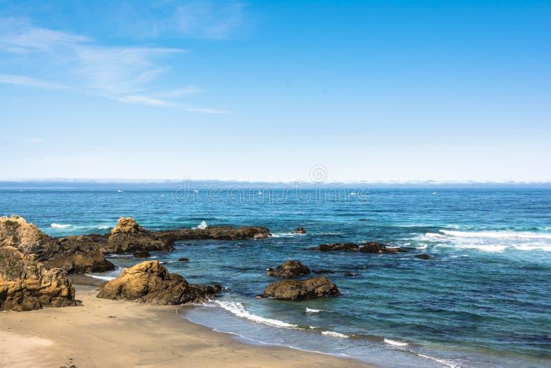 在布拉格堡,加利福尼亚的沙子海滩 免版税库存照片
