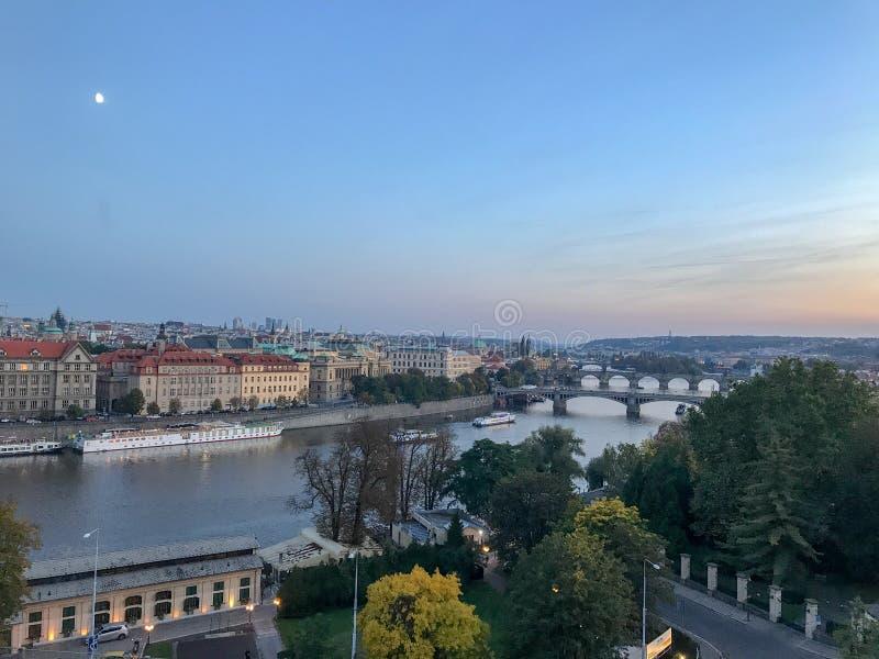 在布拉格的月出,观察从横跨Vl的山坡道路 免版税图库摄影