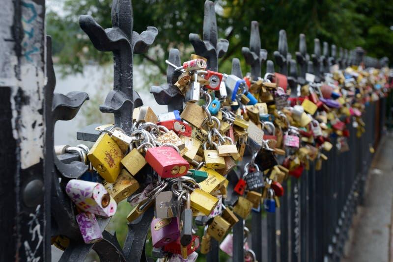 在布拉格篱芭的挂锁 库存图片