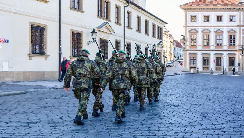 在布拉格街道上的军人 库存图片