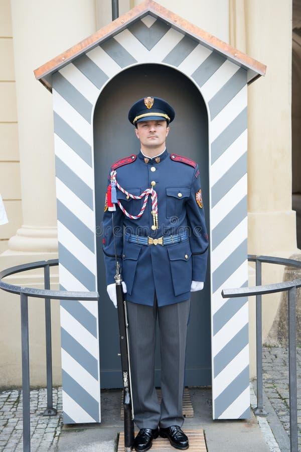 在布拉格,捷克防御卫兵人当班岗位 库存照片