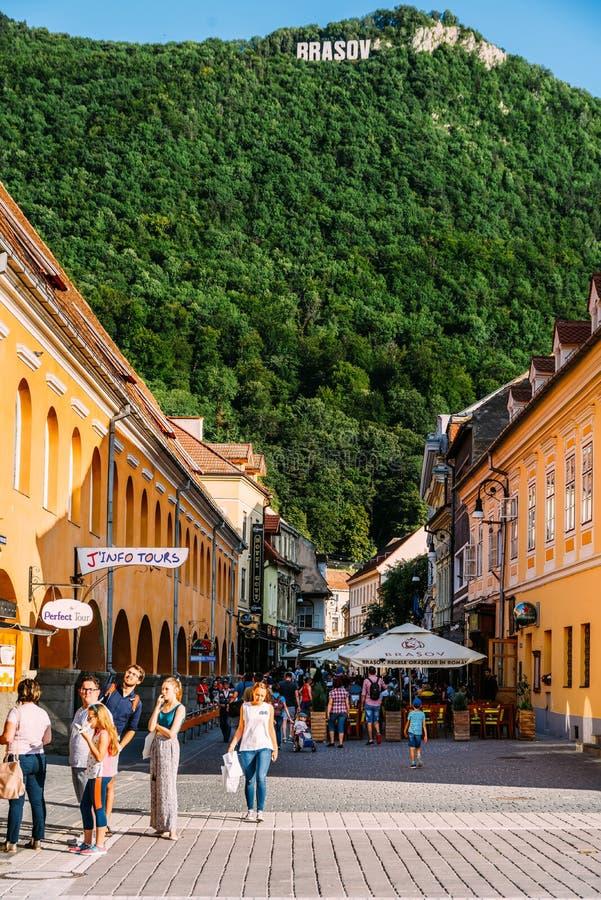 在布拉索夫委员会正方形Piata Sfatului找出市政厅、老镇和黑人教会 库存照片