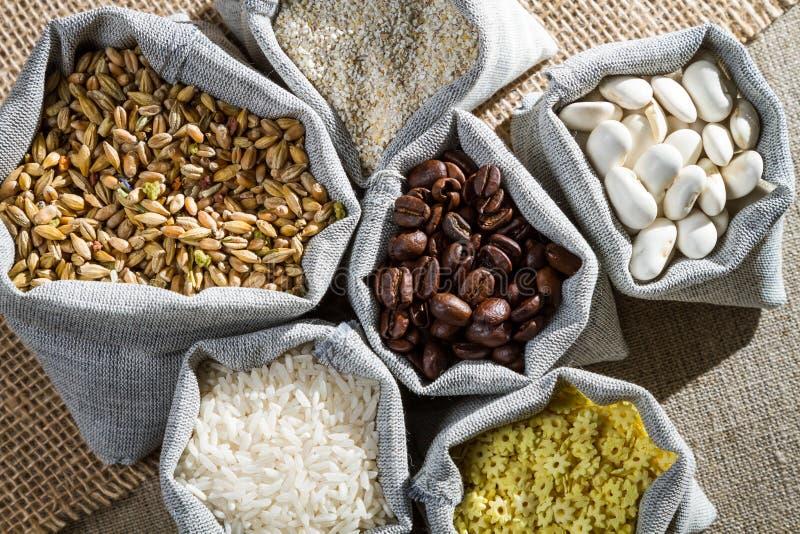 在布料袋子的几种成份食物 免版税图库摄影