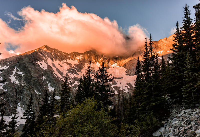 在布朗卡峰顶的火热的日出 科罗拉多落矶山, Sangre de克里斯多Range 图库摄影