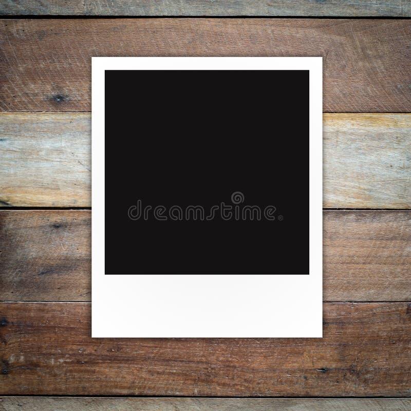 在布朗木板条墙壁纹理的照片框架 免版税库存图片