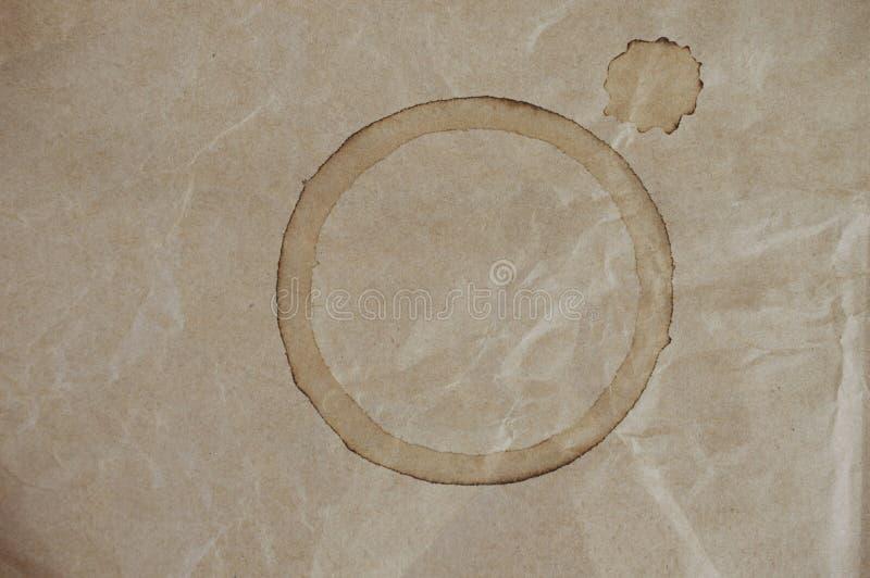 在布朗的咖啡杯污点弄皱了袋子 免版税图库摄影