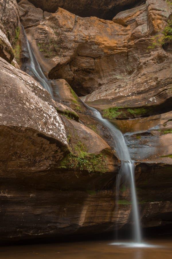 在布朗的蓝色瀑布晃动入大池塘 免版税库存图片