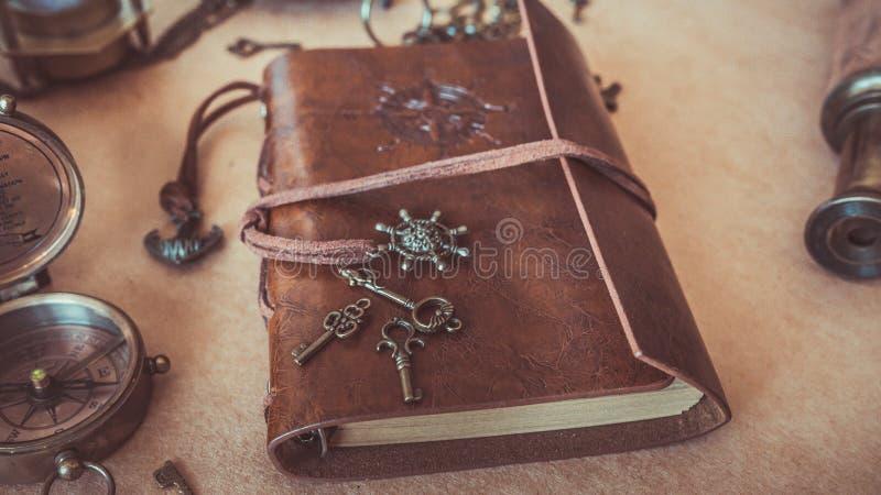 在布朗皮革笔记本照片的葡萄酒钥匙 库存图片