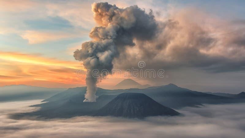 在布罗莫火山的活动在清早 免版税图库摄影