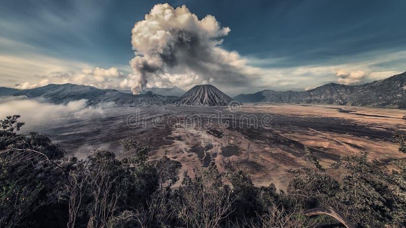 在布罗莫火山的活动在清早 库存图片