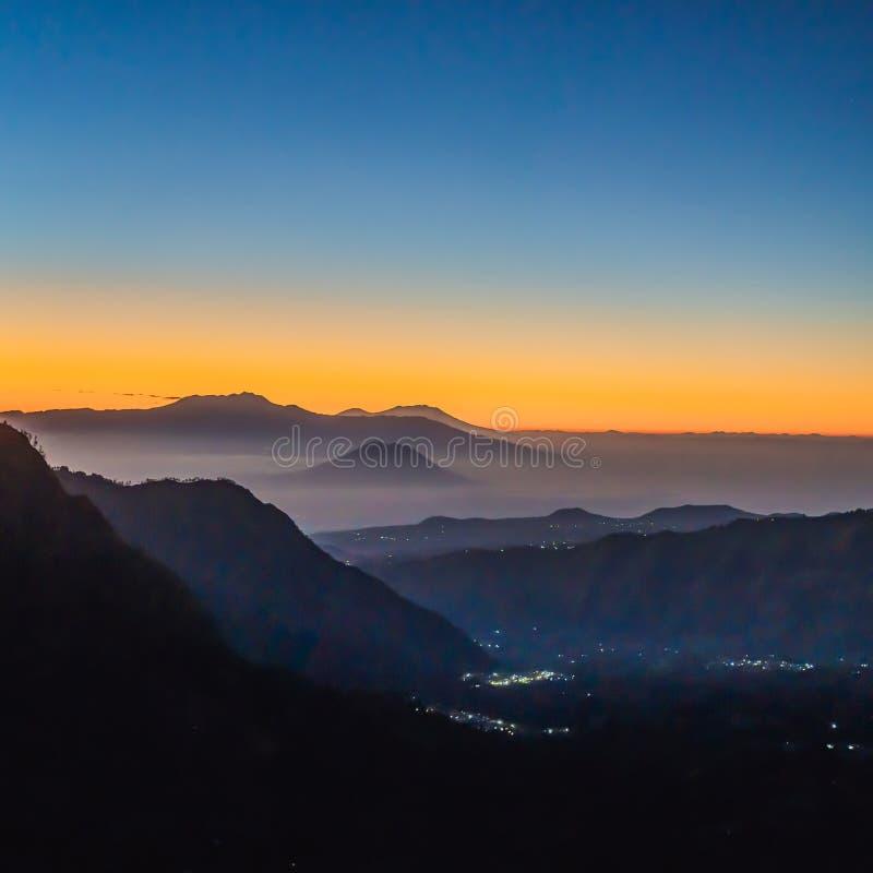 在布罗莫火山腾格尔塞梅鲁火山国立公园的日出在Java海岛,印度尼西亚上 在布罗莫火山或Gunung布罗莫火山的看法 免版税库存图片