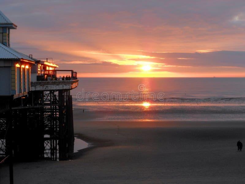 在布莱克浦海滩的日落 图库摄影