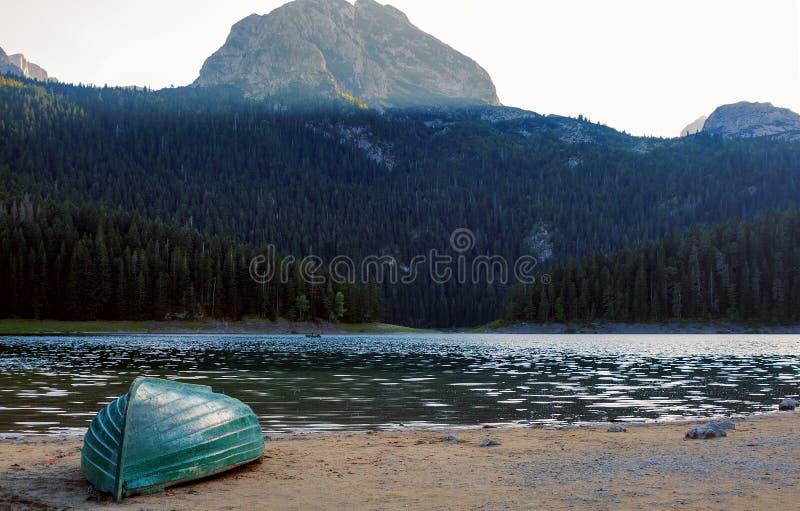 在布莱克湖的岸的小船在杜米托尔国家公园国立公园 图库摄影