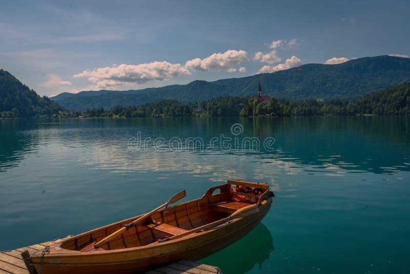 在布莱德湖,斯洛文尼亚的一条划艇 免版税库存照片