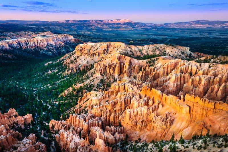 在布赖斯峡谷,美国的美好的五颜六色的日落风景 库存图片