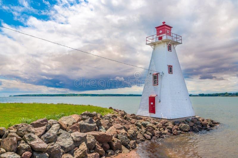 在布赖顿海滩附近的灯塔在夏洛特敦-加拿大 免版税库存图片