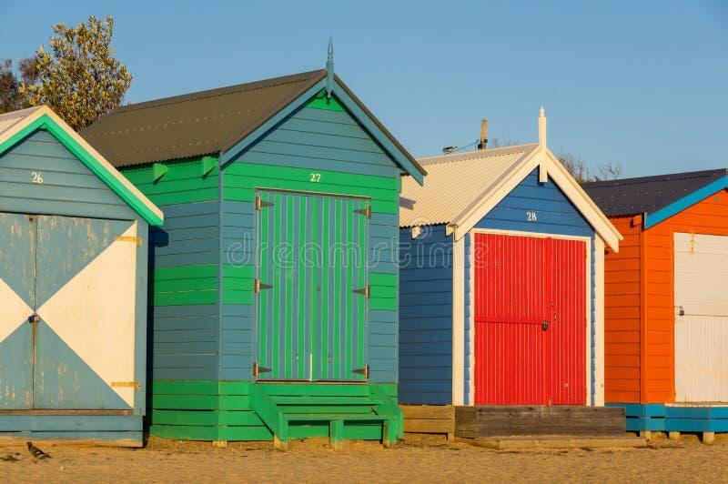 在布赖顿海滩,一个普遍的市内贫民区海滩的五颜六色的沐浴的箱子 有82沐浴 免版税库存图片