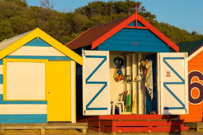 在布赖顿海滩,墨尔本的五颜六色的沐浴的箱子 免版税库存图片